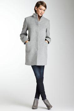 GOSTO do corte do casaco e das botas e calças sequinhas...  [+] botões embutidos são versáteis  [-] lã... não temos clima para lã...  [gray wool coat. So chic]