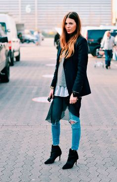 Maja Wyh usa destroyed jeans com saia. Sobreposições.