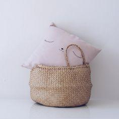 Baby-Kissenbezug mit süßen gesicht Hand bestickt. Kissenbezug.  Bitte beachten Sie: Dieses Angebot gilt nur für das COVER keine Füllung enthält ***   · mit Baumwolle hergestellt, können Sie es in der Waschmaschine waschen.  · Ihr Gesicht ist handbestickt mit großer Sorgfalt  · Es misst 40 x 40 cm (15,6 Zoll x 15,6 Zoll)  · Kinderzimmer-Deko. Es ist auch ein perfektes Geschenk für Kinder und Kleinkinder. Perfekte Geburt Geschenk.  · Meine Produkte werden hergestellt, einer von einem, sind sie…