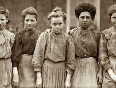 Enfants au travail : photographie de Lewis Hines / child laborers : Mill-Girls portrayed by Lewis Hine Hard Working Women, Working Woman, Working Girls, Working Class, Vintage Photographs, Vintage Images, Old Pictures, Old Photos, Crazy Photos