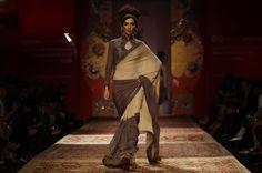 Un modelo desfila una creación de JJ Valaya durante la Semana de la Moda Amazon India en Nueva Delhi, India, miércoles, 25 de marzo de 2015. (Foto AP / Altaf Qadri)