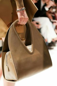 Salvatore Ferragamo Spring 2014 RTW - Details - Fashion Week - Runway, Fashion Shows and Collections - Vogue This appears spectacular? So what do you assume? Stylish Handbags, Fashion Handbags, Purses And Handbags, Fashion Bags, Leather Handbags, Runway Fashion, Fashion Shoes, Fashion 2017, Trendy Fashion