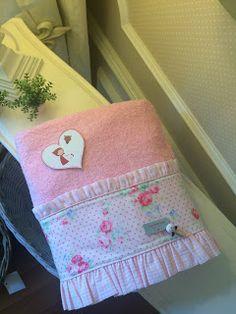 """Caperucita Roja: Toallas """"Caperucita ... """" Bathroom Towels, Cute Bags, Hand Towels, Ideas Para, Pot Holders, Applique, Barbie, Turkish Towels, Baby Washcloth"""