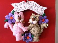Guirlanda Gatos Marotos Burlap Wreath, Teddy Bear, Wreaths, Christmas Ornaments, Holiday Decor, Mobiles, Crafts, Home Decor, Cat Crafts