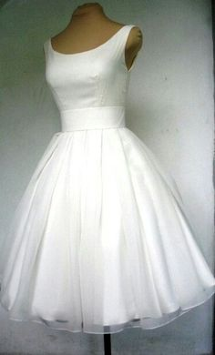 This skirt looks so floooofy!! I wanna prance around in it (and a pair of bright colored pumps) #CityHallWedding