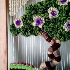 #arboles#telares#detalles#decorativos#verde#paisajes#lanas#flores#cuadros#creacionesmamakika#arte#hogar Make And Sell, How To Make, Miniature Trees, Weaving Projects, Weaving Patterns, Loom Weaving, 4th Of July Wreath, Burlap Wreath, Embroidery Stitches
