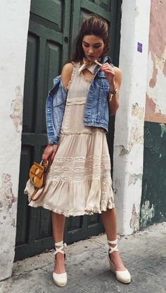 A frilly dress paire