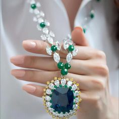 Who said important jewellery cannot be playful? Moussaieff @Moussaieffjewellers have designed this stunning 91.38ct Natural Burmese sapphire, emerald and diamond necklace with a detachable pendant that can be worn as a brooch. The house is known for their extravagant creations and this piece is no exception!