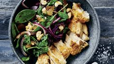 Bagt kyllingebryst og spinatsalat med syltet ingefær