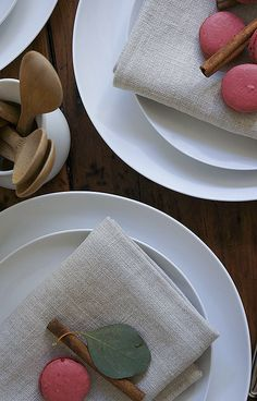 Christmas place setting idea: Macaron, cinnamon stick and a leaf = holly!