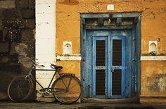 Once,upon a,time in #Puntamba ....a sleepy town on the banks of river #godavari in #maharashtra. A dusty town has some gems like this corner! #maharashtra_ig #bicycle #colouredwalls #pantone2016 #everydaymaharashtra #maharashtra_desha #maharashtradesha #kings_tranaports #bicycles #maharashtradesha #olddoor #doors