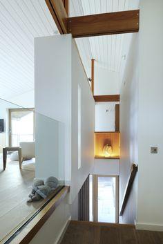Elegantes Treppenhaus mit weißen Wänden und Holzboden