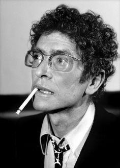 Darry Cowl (1925-2006) - André Darricau, dit Darry Cowl, est un musicien et un comédien français, né le 27 août 1925 à Vittel et mort le 14 février 2006 à Neuilly-sur-Seine - Source : Wikipédia - Son éternelle cigarette ! Il parlait toujours avec une cigarette dans la bouche. C'était sa marque de commerce !