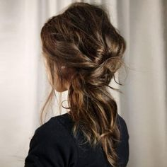 Cheveux bouclés, comment se coiffer cet été ?