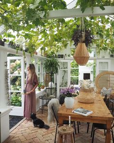 Is this heaven? Can you imagine having a space like this? Ill be hosting everyday of the week! Dahlia, Garden Plants, Hygge, Sweet Home, Pergola, Patio, Style Inspiration, Table Decorations, Interior Design