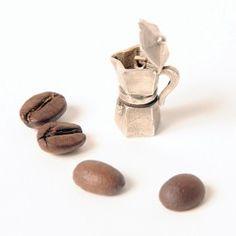 Pietro Marmo, zilversmid van beroep, heeft de allerkleinste moka ter wereld weten te maken, waarmee je het meest straffe kopje espresso of koffie kunt zetten.