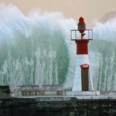 Etwas westlich vom Kap der Guten Hoffnung in Südafrika trotzt der kleine Leuchtturm von Kalk Bay regelmäßig Wasserwänden. Die gewaltigsten Wogen der Weltmeere entstehen bei Nordwestwind dort, wo der Atlantische und der Indische Ozean aufeinandertreffen – Diese Karte hier online kaufen: http://bkurl.de/pkshop-212077 Art.-Nr.: 212077 Gewaltiges Treffen   Foto: © picture alliance/epa/Nic Bothma   Text: Rolf Bökemeier