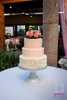 Pastel de XV años con arreglo de rosas naturales Pink roses XV años celebration cake