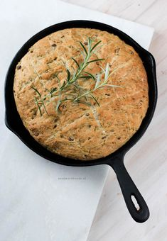Bread from the pan with olives and rosemary - Foodie Feest - Bread from the pan with olives and rosemary - Cooking Bread, Bread Baking, Real Food Recipes, Cooking Recipes, Healthy Recipes, Bread Recipes, Vegan Fish, Good Food, Yummy Food