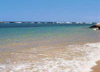 Las playas del Caribe colombiano son arenosas y de grano fino, con aportes de sedimentos continentales. En algunos sectores, especialmente en las islas, son de origen coralino.