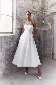 Big Wedding Dresses, Wedding Dress Trends, Bridal Dresses, Wedding Ideas, Wedding Details, Tulle Ball Gown, Ball Gowns, Glamour, Tea Length Dresses