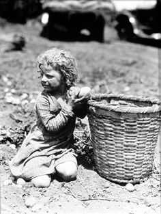 Lewis Hine, Child Picking Long Island Potatoes, c. Vintage Pictures, Old Pictures, Old Photos, Lewis Wickes Hine, Fotografia Social, Long Island, Great Depression, American Children, Old Farm