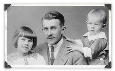 Ylpeä isä Toven ja Per Olovin kanssa - Koti ja ateljee,työ ja perhe sulaut.yhteenToven ja pikkuveljien lapsuudessa.He kasvoiv.seuraten alati kuvien parissa työsk.vanhempiaan: niin sukeutui Tovestakin taidemaalari ja piirtäjä,Per Olovista valokuvaaja,Larsista kirjailija ja vähitell.muumipiirtäjä.Per Olovin novellikokoelma Ung man vandrar allena julkaist.1945,samana vuonna Toven ensimmäisen muumikirjan kanssa.