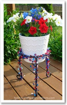 Of July Decorating Ideas - Red and white petunias, and a blue delphinium in this photo. Lobelias also make a nice blue flower. Stand is decorated w/ wired star garland. 4th Of July Cake, 4th Of July Celebration, 4th Of July Party, Fourth Of July, July Crafts, Holiday Crafts, Patriotic Crafts, July 4th Holiday, Holiday Fun