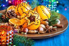 Come decorare la tavola di Natale con frutta fresca e secca, agrifogli e pigne