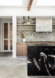 Choosing the right splashback for your kitchen will instantly elevate the heart of your home. Here are 17 of the best ideas. Modern Kitchen Renovation, Fish Scale Tile, Kitchen Benchtops, Privacy Plants, Marble Island, King Photography, White Subway Tiles, Bathroom Design Luxury, Australian Homes
