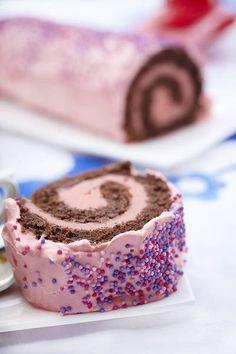4 munaa 1 dl sokeria 1 tl Meira vaniljasokeria 3/4 dl kaakaojauhetta 1/2 dl maissitärkkelysjauhoja 1/2 dl vehnäjauhoja 1 tl Meira leivinjauhetta Täyte 150 g voita 2 ¼... Puppy Birthday Parties, Work Meals, Eat Seasonal, Food Pictures, Doughnut, Sweet Tooth, Bakery, Cheesecake, Birthdays