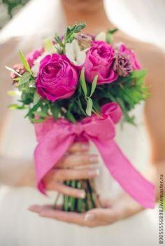 букет невесты. этот букет достался жизнерадостной, яркой невесте и сорвал овации. цветовое сочетание очень нетривиально для свадебного букета, соло исполняют пионовидные розы ярко-малинового цвета, им подпевают бордовые…