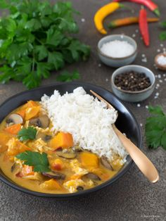 Kürbis-Curry mit Pilzen und Chinakohl Col China, Pasta Al Curry, Grands Pots, Pumpkin Curry, Red Chili Peppers, Cooking Sauces, Red Curry Paste, Stuffed Mushrooms, Stuffed Peppers