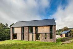 Pays de style fenêtres en bois l'architecture ferme moderne toit à pignon briques d'herbe