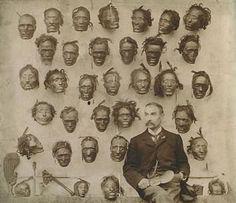 El coleccionista portugués H.G. Robley con su colección de toi moko  cabezas de guerreros momificadas de nueva zelanda