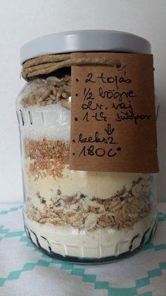 Csíkban-sorban alapanyagok befőttesüvegben: félkész keksz ajándékba, környezetbarát csomagolásban.