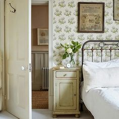 bedroom home interior floral wallpaper flowers bed country Cottage Living, Country Living, Country Style, Country Decor, Living Room, Home Bedroom, Bedroom Green, Bedroom Photos, Bedroom Ideas