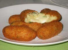 I crocchè di patate a Napoli si trovano in tutte le pizzerie-friggitorie, è un cibo da strada di largo consumo. Io personalmente li am...