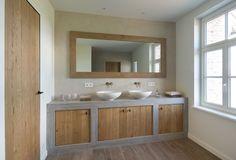 Badkamermeubel in massieve eik, op maat gemaakt. #badkamer #meubel #eik Kitchen Styling, Kitchen Decor, Kitchen Design, Italian Style Kitchens, High End Kitchens, Attic Bathroom, Villa, Mirror, Lighting