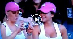 Mulher Passa Por Momento Ridículo Ao Tentar Tirar Selfie Com a Amiga http://www.funco.biz/mulher-passa-momento-ridiculo-ao-tentar-tirar-selfie-amiga/