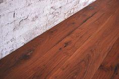 Interior design recupero parquet a tre strati in legno di rovere antico. le tavole di questa pavimentazione hanno varie dimensioni e presentano le bellissime imperfezioni date dal tempi e dai tarli. la finitura è SESTINI E CORTI
