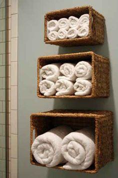 洗面所は狭くて置ける棚の数も限られてしまいますよね。そのせいで小物が片付かずに、イライラすることってありませんか?本記事では、そんな洗面所をキレイに片づけるアイデアを複数ご紹介致します。どれも場所を取らないアイデアですので、ぜひお試しください。