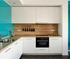 cuisine blanc & bois avec une touche de couleur turquoise