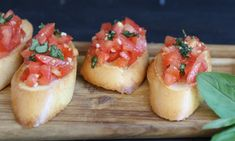 Bruschetta mit Tomaten und Knoblauch This classic tastes to everyone and is something for the spontaneous visit. Flury shows you in the video how fast and easy it is. My Recipes, Cooking Recipes, Vegan Party Food, Bruchetta, Check Up, Party Finger Foods, Party Buffet, Vegan Appetizers, Gastronomia