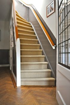 grijze lambrisering met hoogglans lakverf na STIJLIDEE Interieuradvies en Styling Stair Steps, Stair Railing, 1930s House Renovation, Farmhouse Stairs, Vestibule, Retro Home, Woodworking Projects Plans, House Plans, Sweet Home