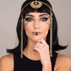 Looking for a simple and easy Halloween look you can achieve with just makeup? Check out our top-trending Halloween makeup ideas to get inspired today! Cleopatra Halloween, Cleopatra Costume, Egyptian Costume, Cool Halloween Makeup, Halloween Looks, Halloween 2018, Halloween Ideas, Couple Halloween, Egypt Makeup