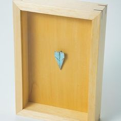 Um dobradura de metal sobre madeira  #paperairplane #sculpture #art #blue #bronze #wood #alexandrematos