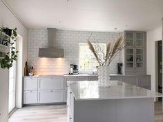 """Linnea Malmqvist on Instagram: """"Köket är färdigt! Vi strävade efter ett klassiskt kök som förhoppningvis inte blir för omodernt så snabbt. Vi är väldigt nöjda och trivs,…"""" Ikea Cabinets, Kitchen Island, Table, Furniture, Instagram, Home Decor, Ikea Cupboards, Island Kitchen, Decoration Home"""