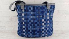 ДЖИНСОВАЯ СУМКА СВОИМИ РУКАМИ. ПЛЕТЕНАЯ ДЖИНСОВАЯ СУМКА / BAG OF JEANS - YouTube Diy Jeans Bag Tutorial, Diy Bag Designs, Blue Jean Quilts, Cute Sewing Projects, Diy Tote Bag, Denim Purse, Denim Crafts, Craft Bags, Fabric Bags