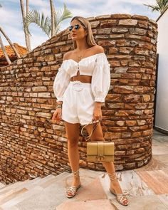 Fashion Dresses Trendy and cute two piece casual shorts outfit. Casual Shorts Outfit, Outfit Look, Tropical Outfit, Tropical Fashion, Holiday Outfits, Summer Outfits, Cute Outfits, Summer Dresses, Moda Tropical